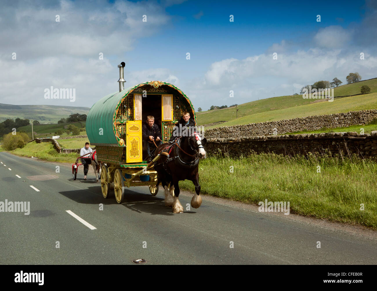 UK, England, Yorkshire, Wensleydale, Hawes, traditional Romany horse drawn caravan on road to Appleby Horse Fair - Stock Image
