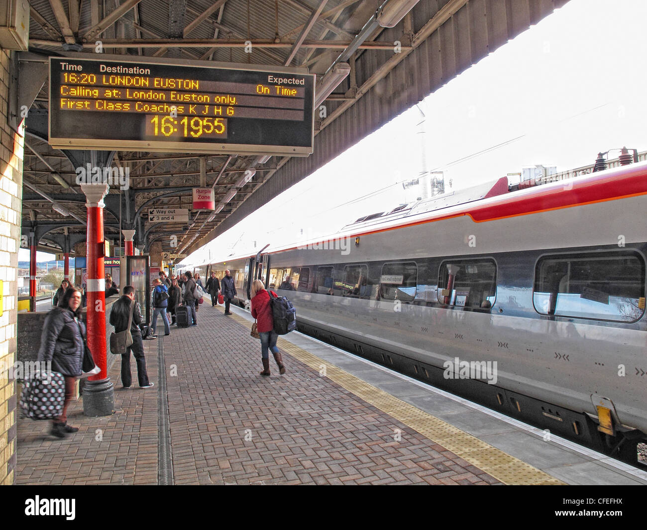 Virgin Voyager intercity train arrives at Warrington Bank Quay Railway Station, bound for Euston. Looking south - Stock Image