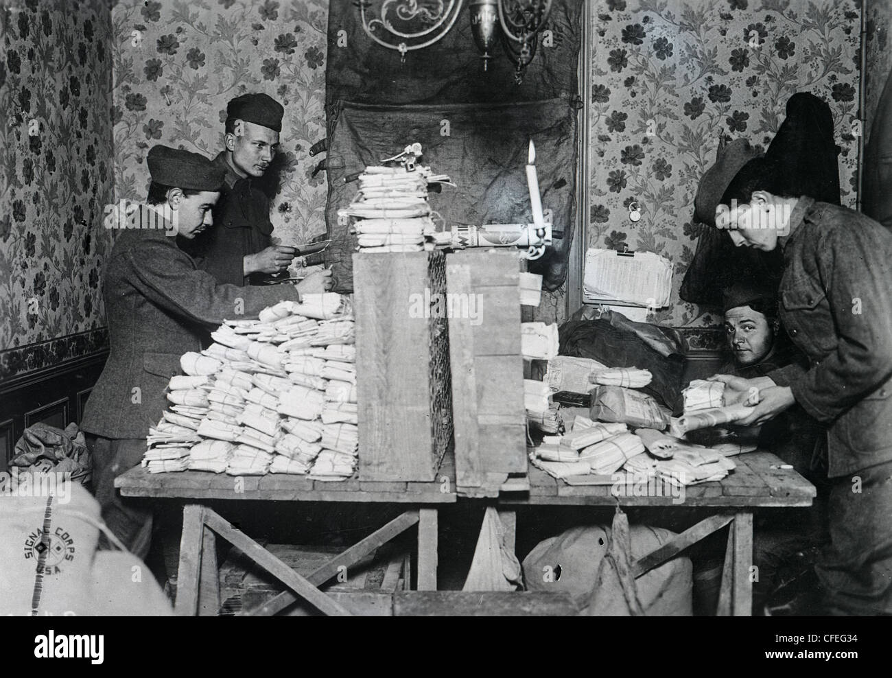 27th Division boys sorting out the mail at Crobie. WWI 1918 - Stock Image