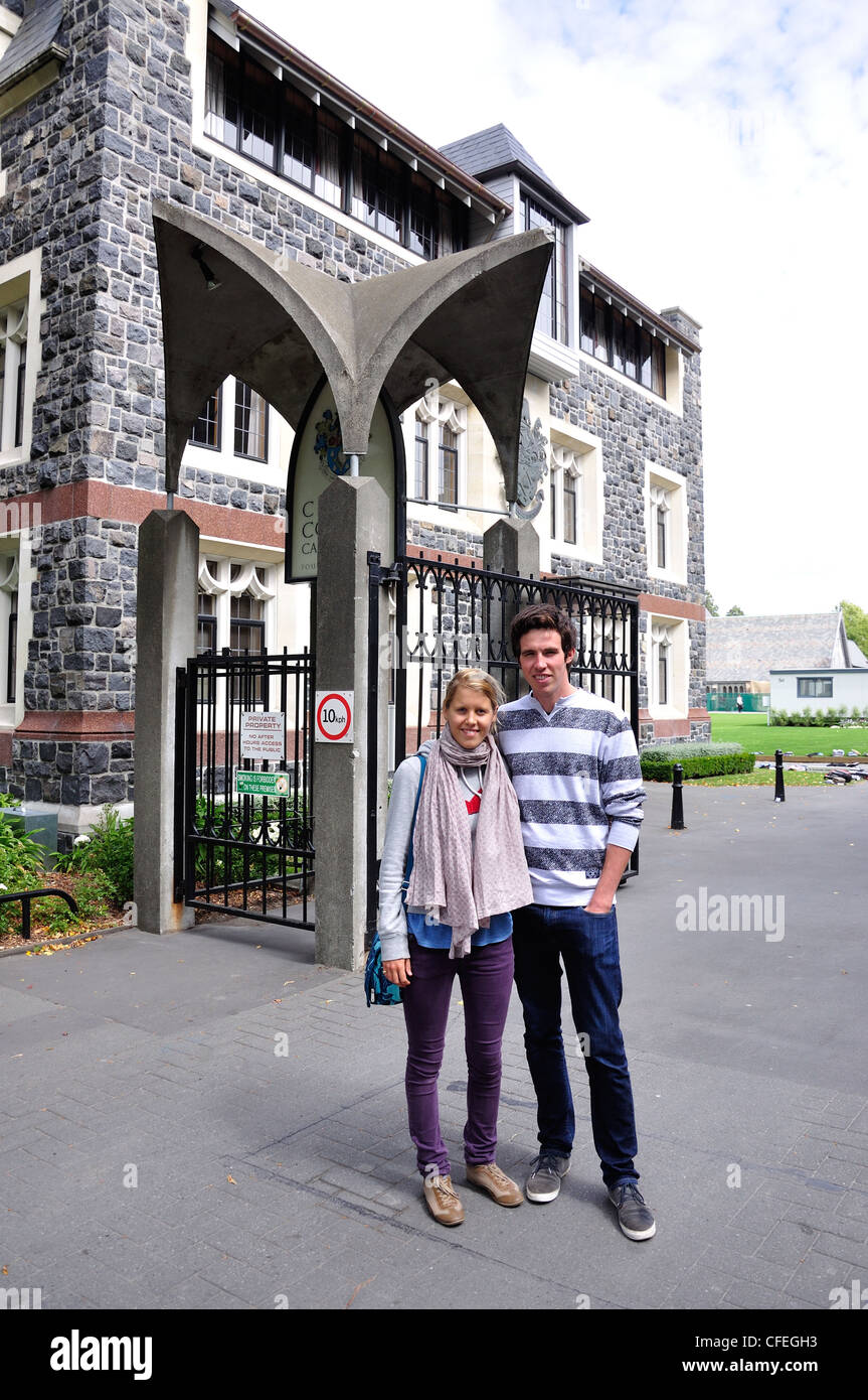 Couple at entrance to Christ's College, Rolleston Avenue, Christchurch, Canterbury Region, South Island, New - Stock Image