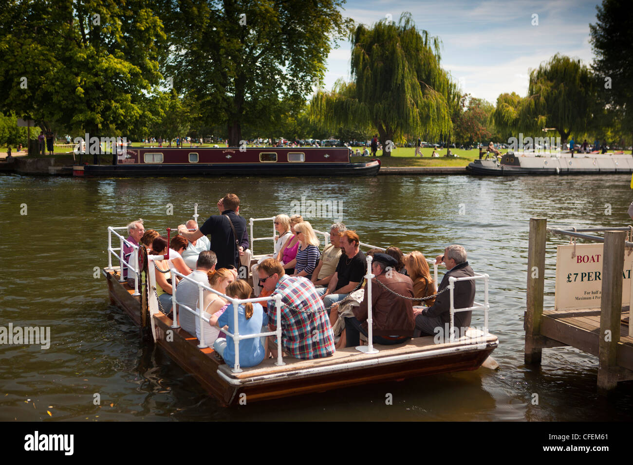 Warwickshire, Stratford on Avon, visitors crossing River Avon, on chain operated ferry Stock Photo