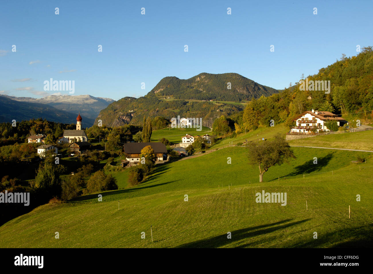 Farmhouses at Villanderer Alp in the sunlight, Kastelruth, Valle Isarco, South Tyrol, Italy, Europe - Stock Image