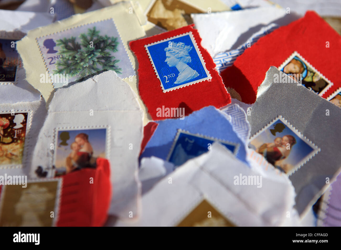 Mixture of used UK stamps from envelopes - Stock Image