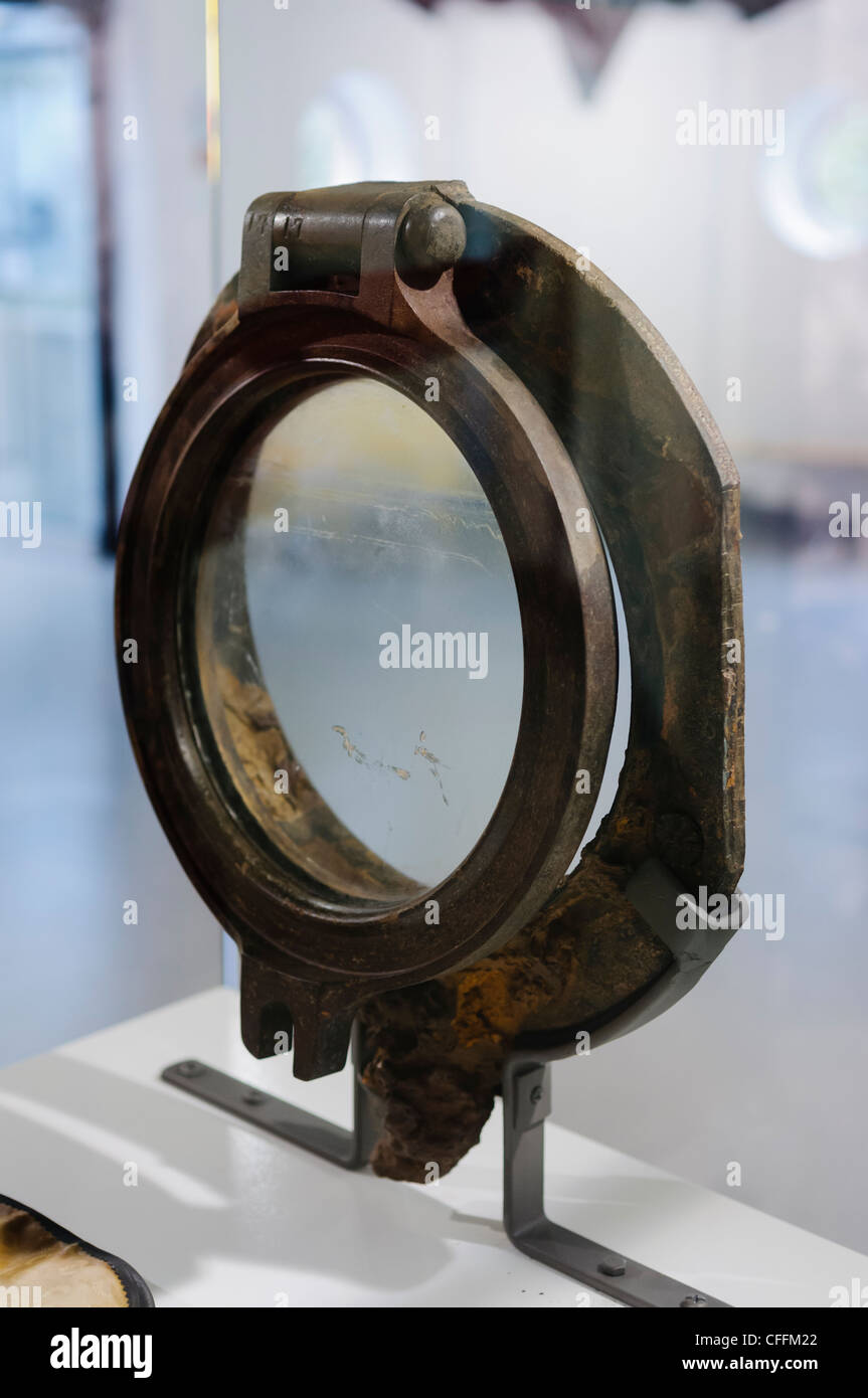 Montage Titanic Trumpeter 1/200 - Page 2 Porthole-from-3rd-class-cabin-of-titanic-recovered-from-the-wreck-CFFM22