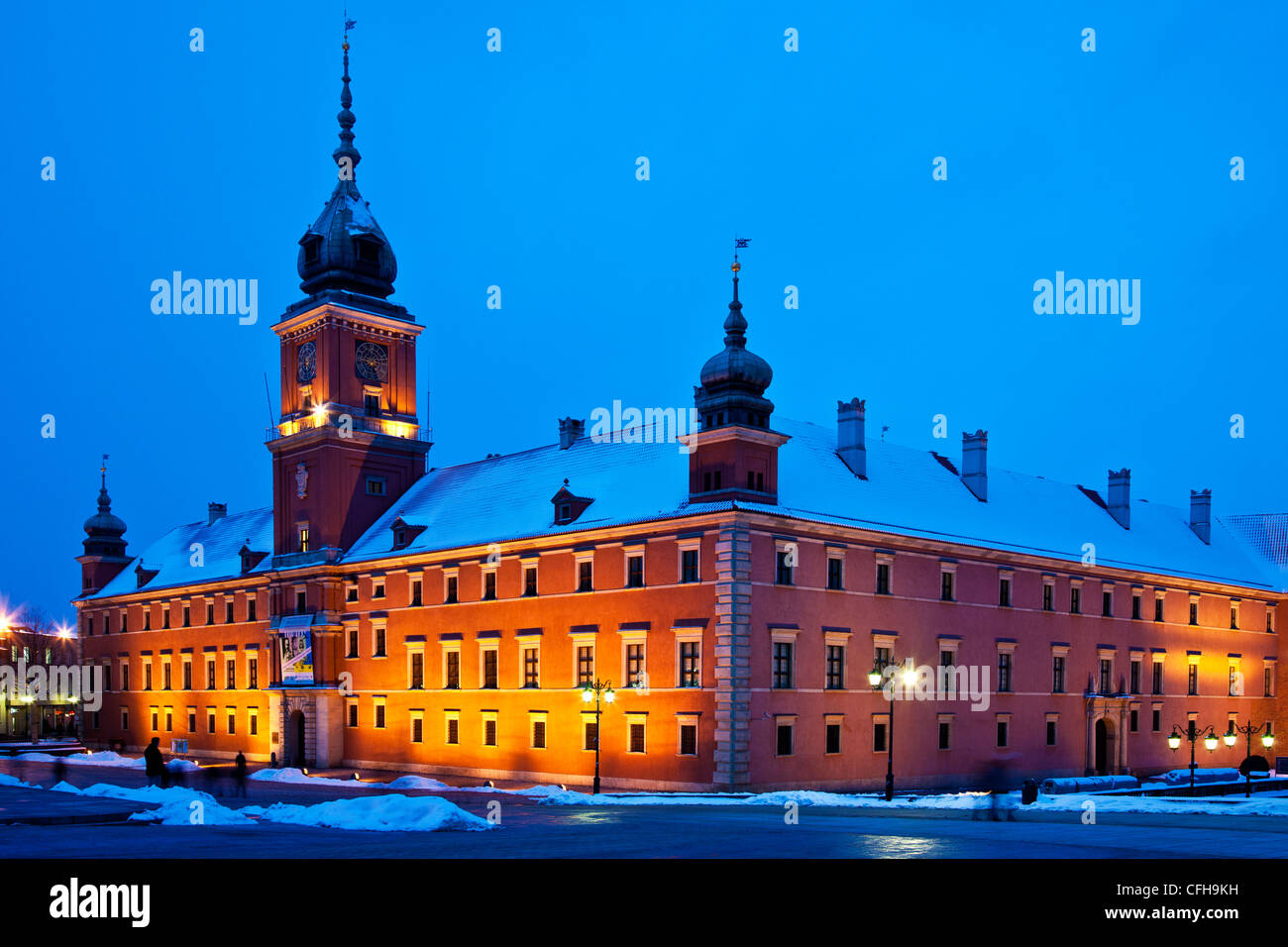 Winter twilight in Castle Square, Plac Zamkowy, Old Town, Warsaw, Poland, with the Royal Castle illuminated - Stock Image
