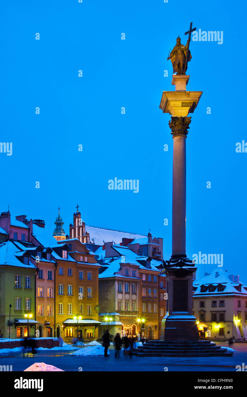 Winter twilight in Castle Square, Old Town, Warsaw, Poland, with Zygmunt's Column on the right. - Stock Image