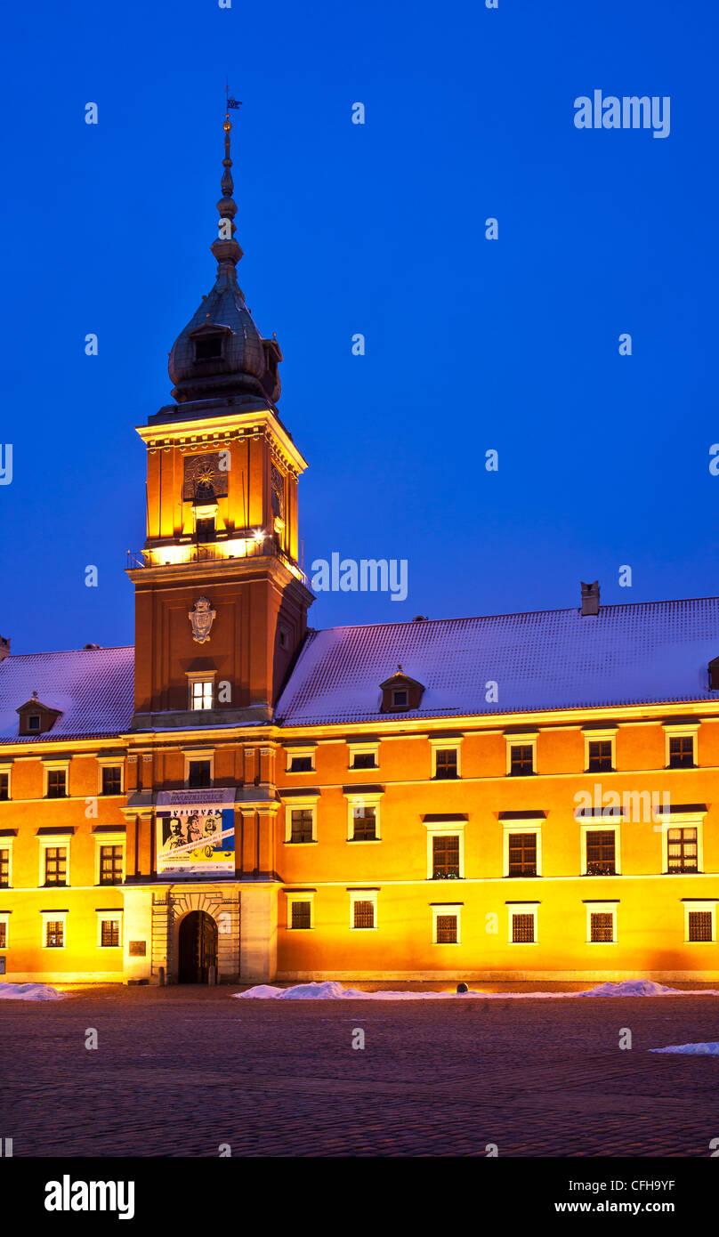 Winter twilight in Castle Square, Old Town, Warsaw, Poland, with the Royal Castle illuminated - Stock Image