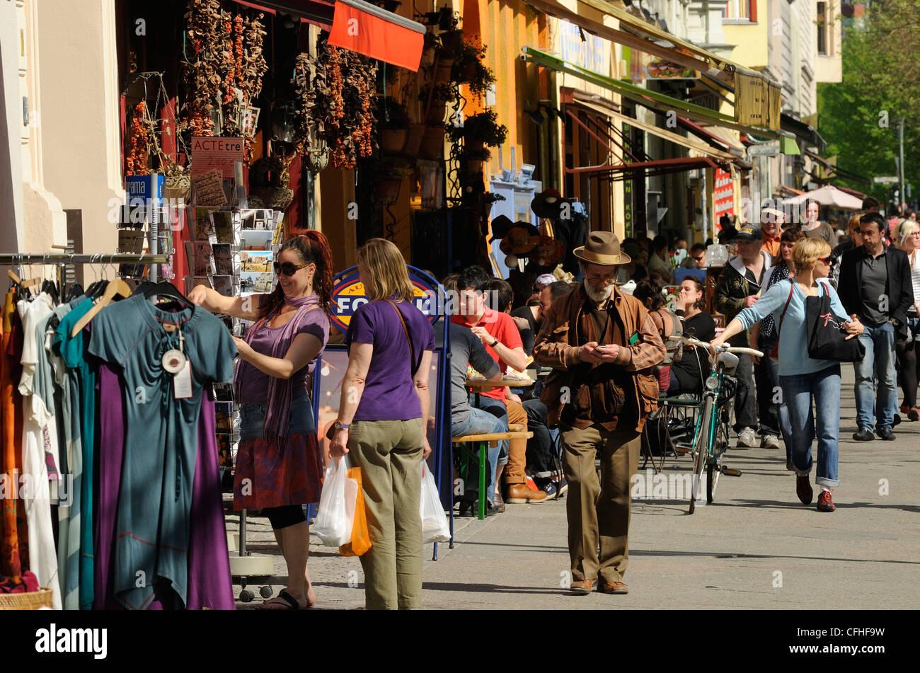 Street cafes, restaurants, shops, pedestrians on Bergmannstrasse, popular shopping street in Berlin Kreuzberg, Berlin, - Stock Image