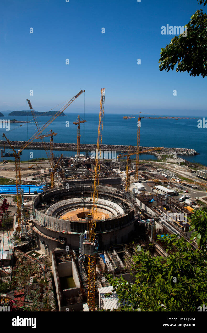 Cranes in operation at the construction of Angra 3 Nuclear Plant, Angra dos Reis, Rio de Janeiro State, Brazil. - Stock Image