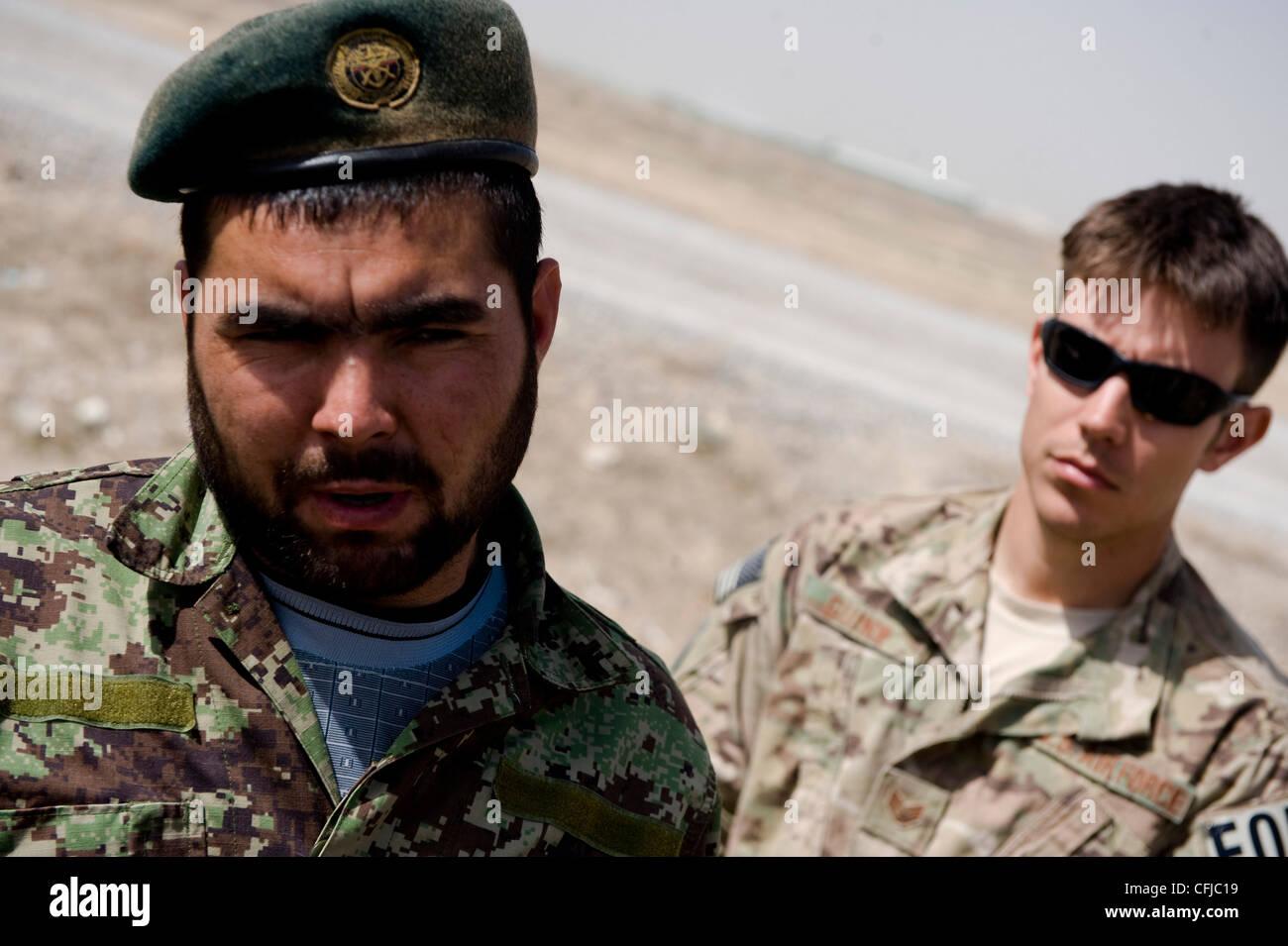 KANDAHAR, Afghanistan - Fakhr Uddin (left), an Afghan National Army soldier, participates in a debrief after practice - Stock Image