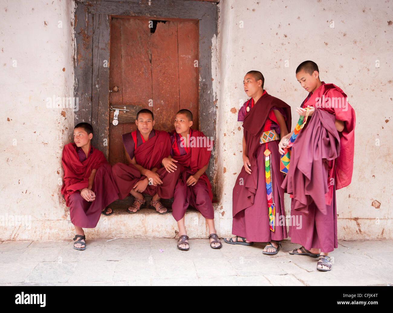 Young Buddhist monks chatting, Wangdue Phodrang Dzong, Wangdue Phodrang (Wangdi), Bhutan, Asia - Stock Image