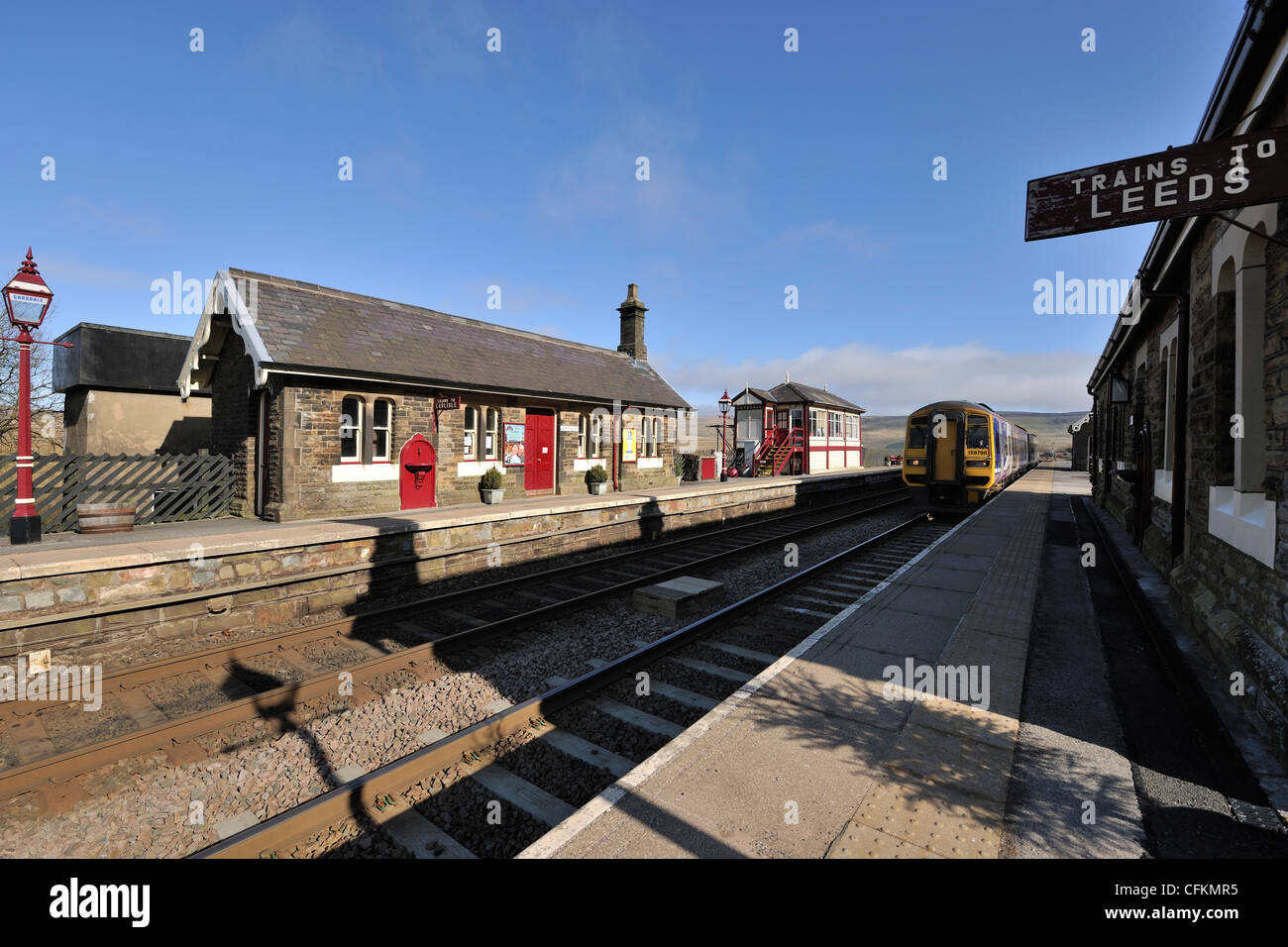 A Northern Rail train approaching Garsdale station, Carlisle to Settle railway line, Yorkshire Dales, England - Stock Image