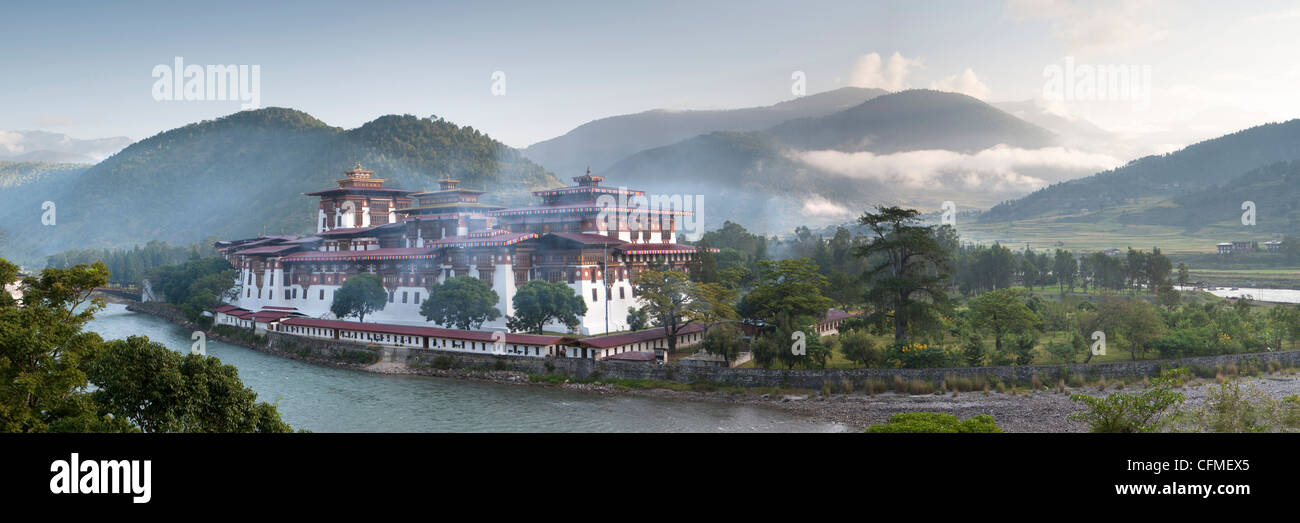 Misty dawn view of the Punakha Dzong, Punakha Valley, Bhutan, Himalayas, Asia - Stock Image