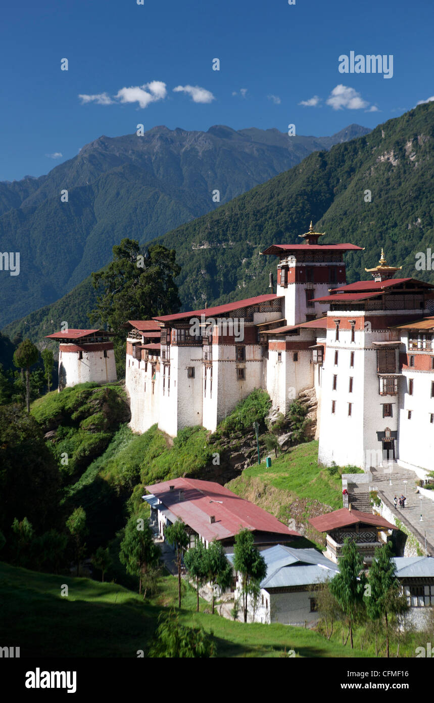 Trongsa Dzong set against tree-covered mountains, Trongsa, Bhutan, Himalayas, Asia - Stock Image