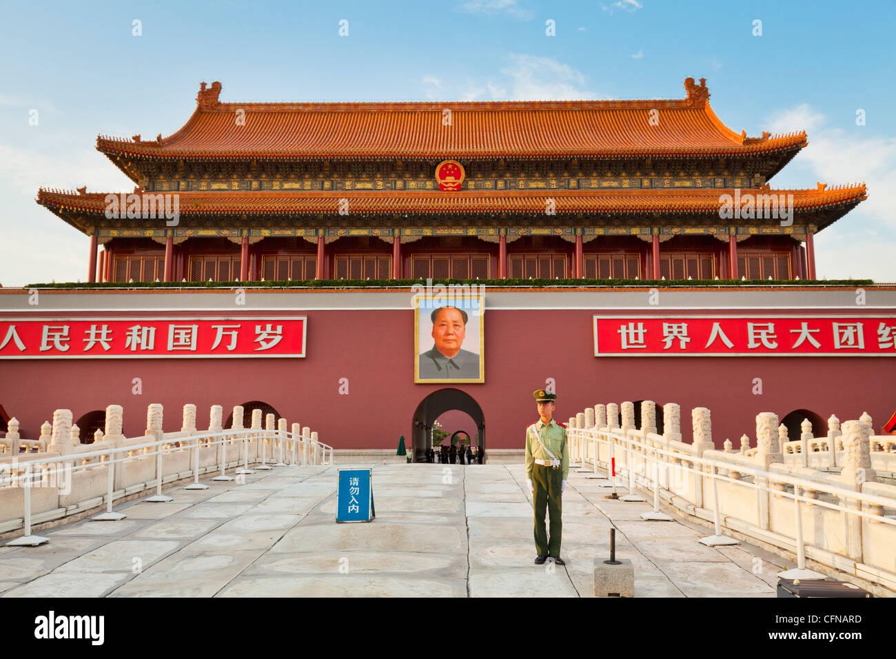 Soldier outside Tiananmen Tower and Chairman Mao's portrait, Gate of Heavenly Peace, Beijing, China, Asia - Stock Image