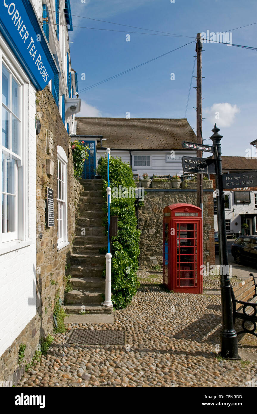 Street scene in Rye with old fashioned red telephone box - Stock Image