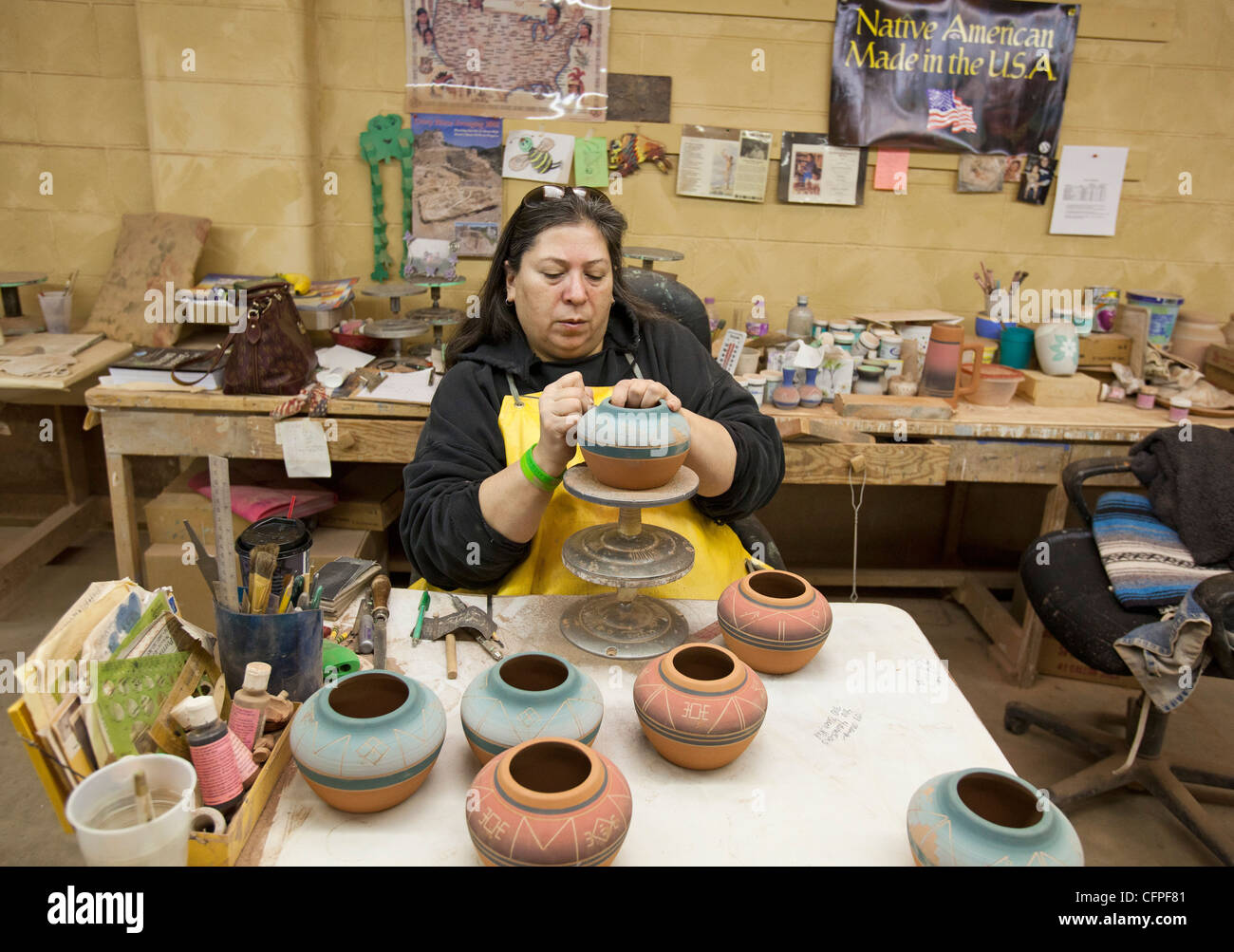 Rapid City, South Dakota - Jeanne High Elk, a member of the Cheyenne River Sioux, creates pottery at Sioux Pottery. - Stock Image