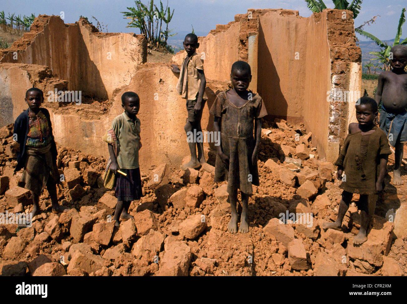 Casa tutsi destruida en la colinas de Ntita. Stock Photo