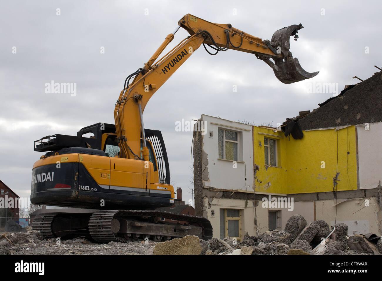 Hyundai Vehicle with Grab demolishing buildings in Liverpool - Stock Image