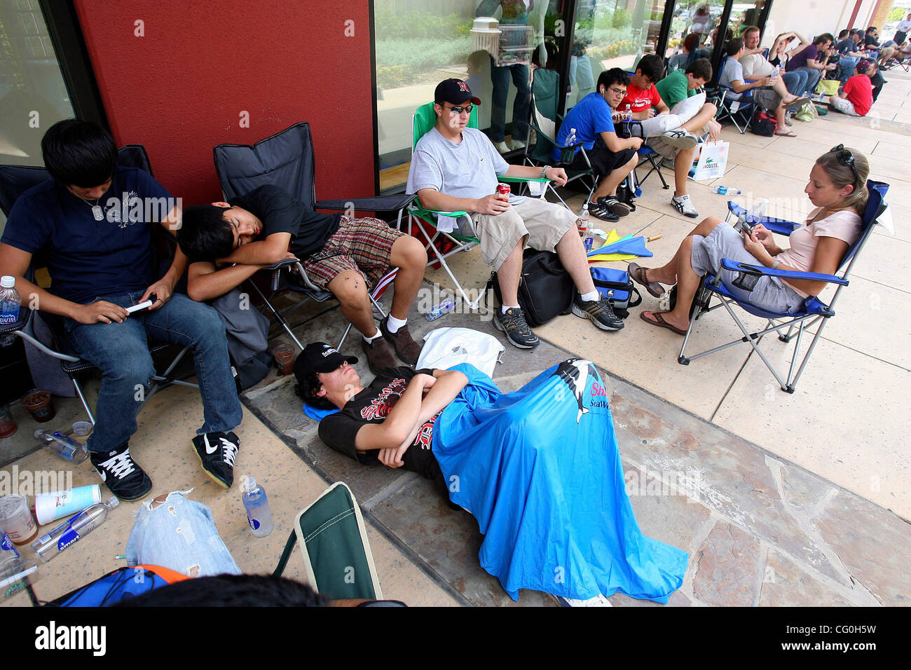 FOR METRO - Customers wait in line to purchase the iPhone from the La Cantera Apple store which goes on sale tonight - Stock Image