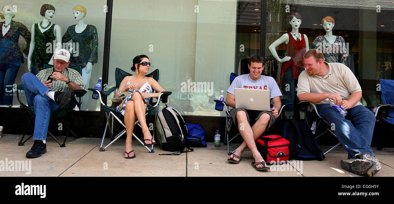 FOR METRO - Customers wait in line to purchase the iPhone, from the La Cantera Apple store, which goes on sale tonight - Stock Image