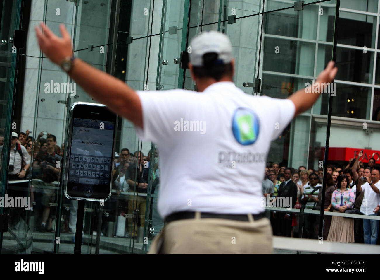 one of the first iphone buyers leaves the store on fifth avenue in new york, june 29, 2007. - Stock Image