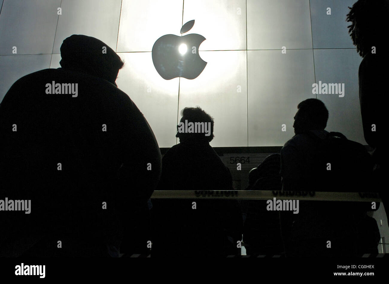 Hundreds of people wait in line out in front of the Apple Store to buy the iPhone on Friday June 29, 2007 in Emeryville. - Stock Image