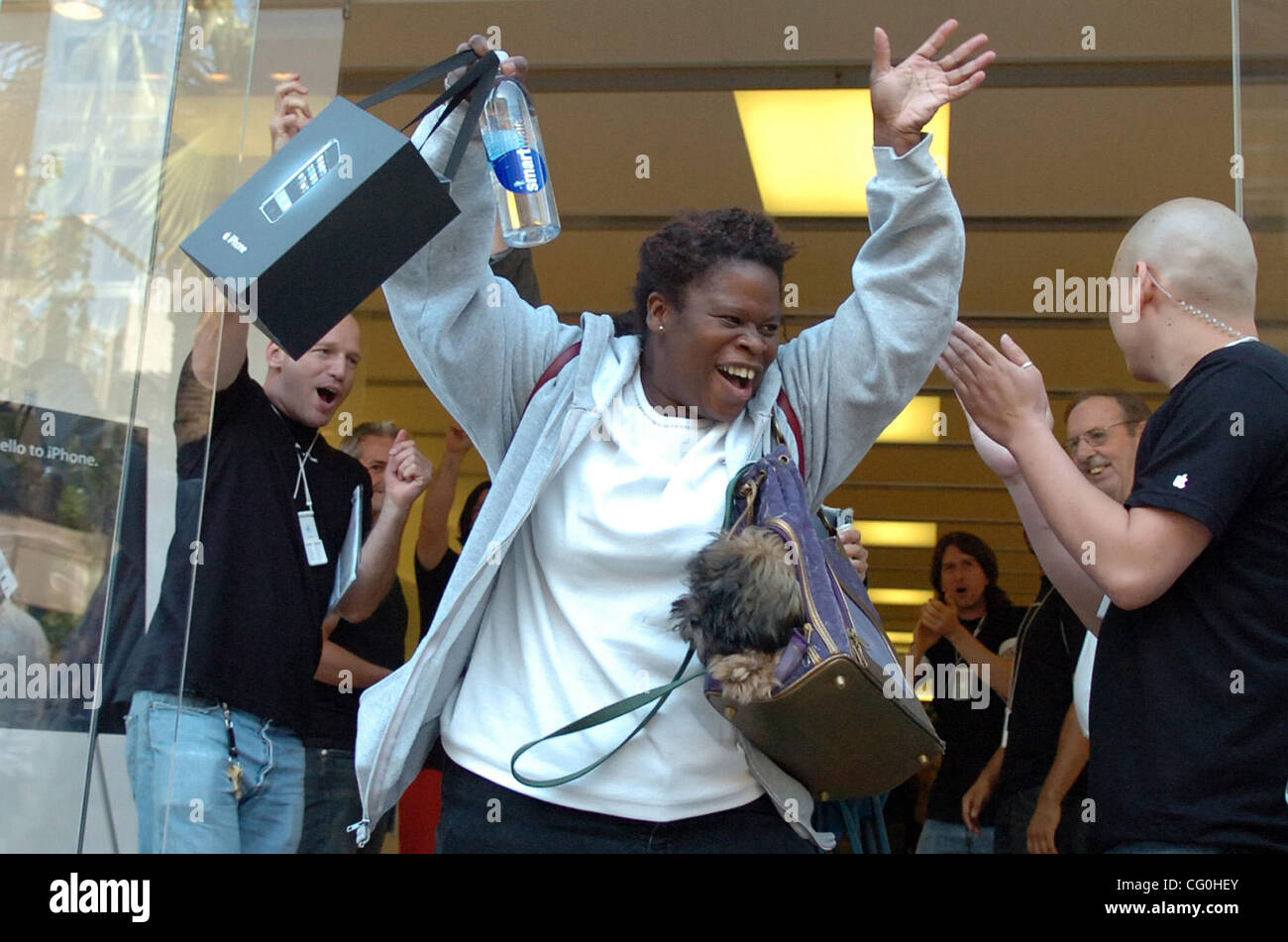Tamy Patterson of Richmond celebrates after buying an iPhone at the Apple Store in Emeryville on Friday June 29, - Stock Image