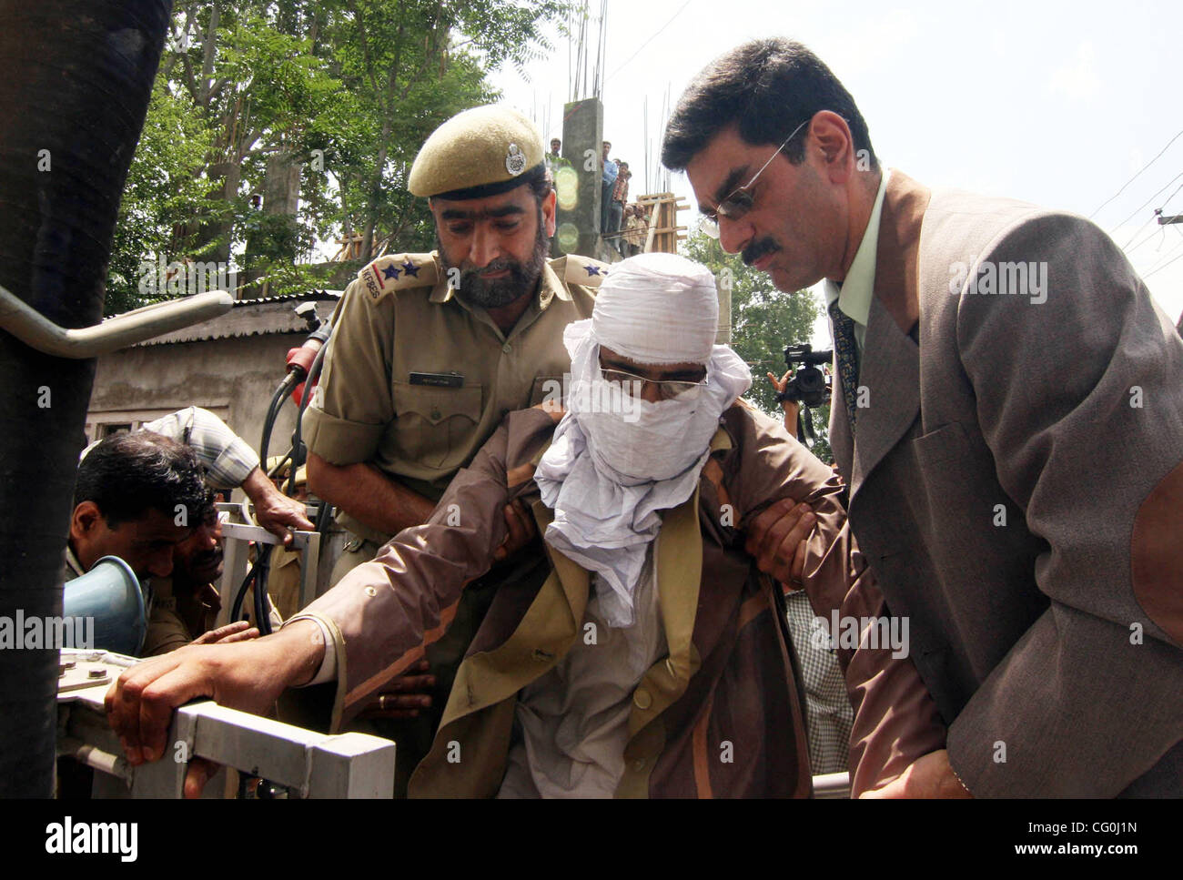 Gocernment officials in Srinagar, the summer capital of  the Indian administered Kashmir  Sringar  arresting the - Stock Image