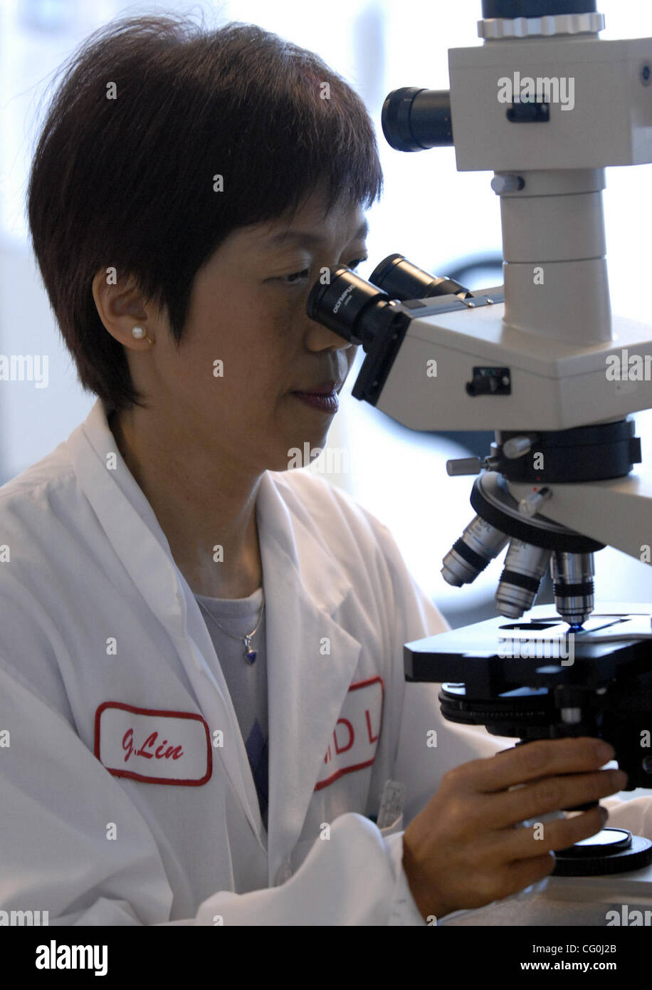 (l to r) Dr. Grace Lin talks about how the nucleic acid test and demostrates how it works to find West Nile virus - Stock Image