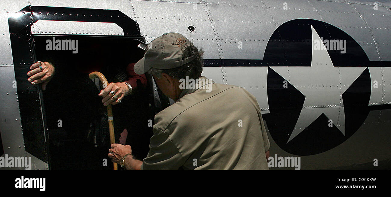 July 6th, 2007 - Blaine, MN, USA -  A crew member helps Eighty-five-year-old Ray Elias, White Bear Lake, off a B Stock Photo