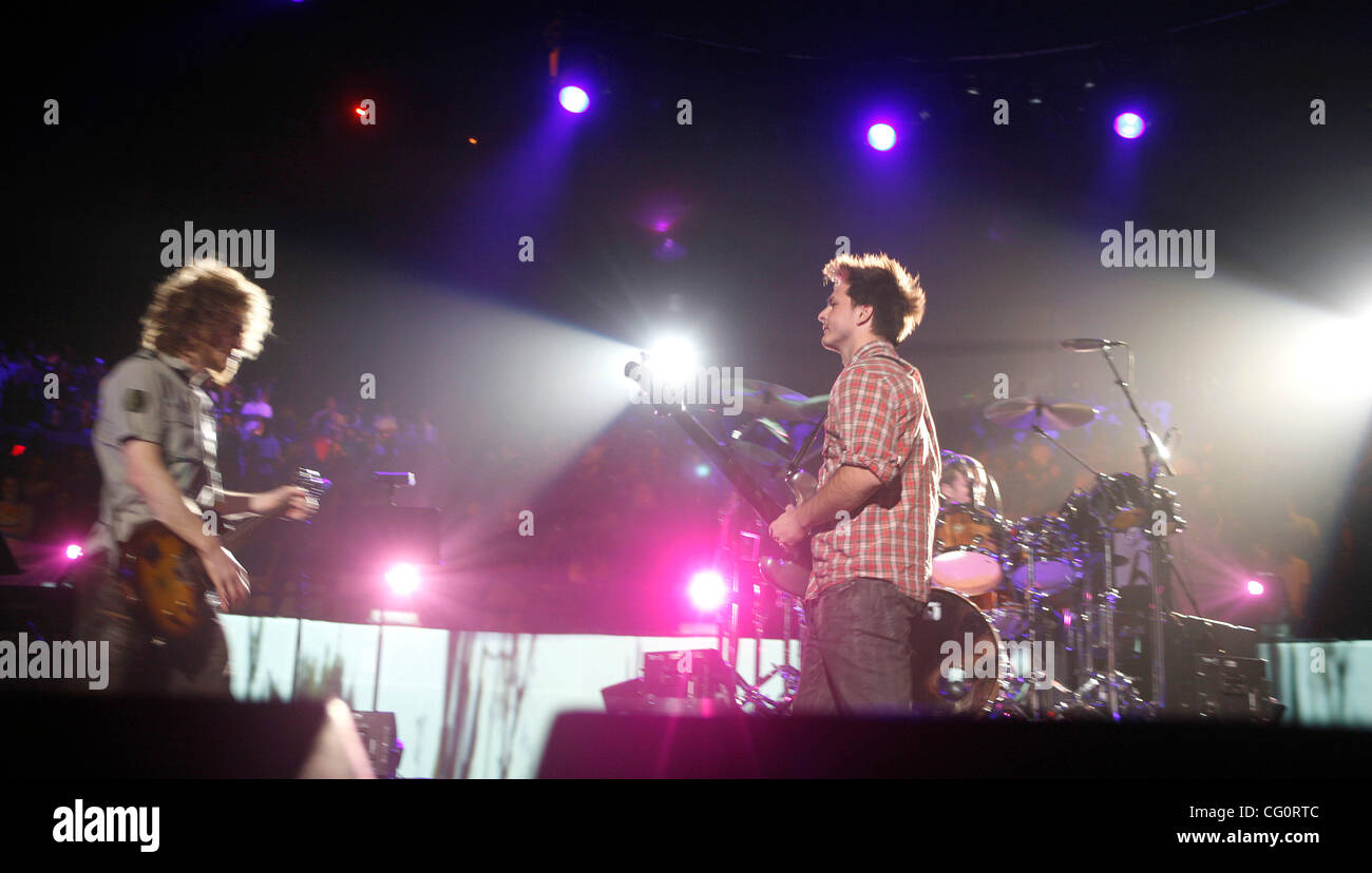 Dispatch Performing At Madison Square Garden During The First Of Three Sold  Out Shows At The Venue On 7/13/2007. Chad Urmston   On Guitar With Grey  Shirt ...