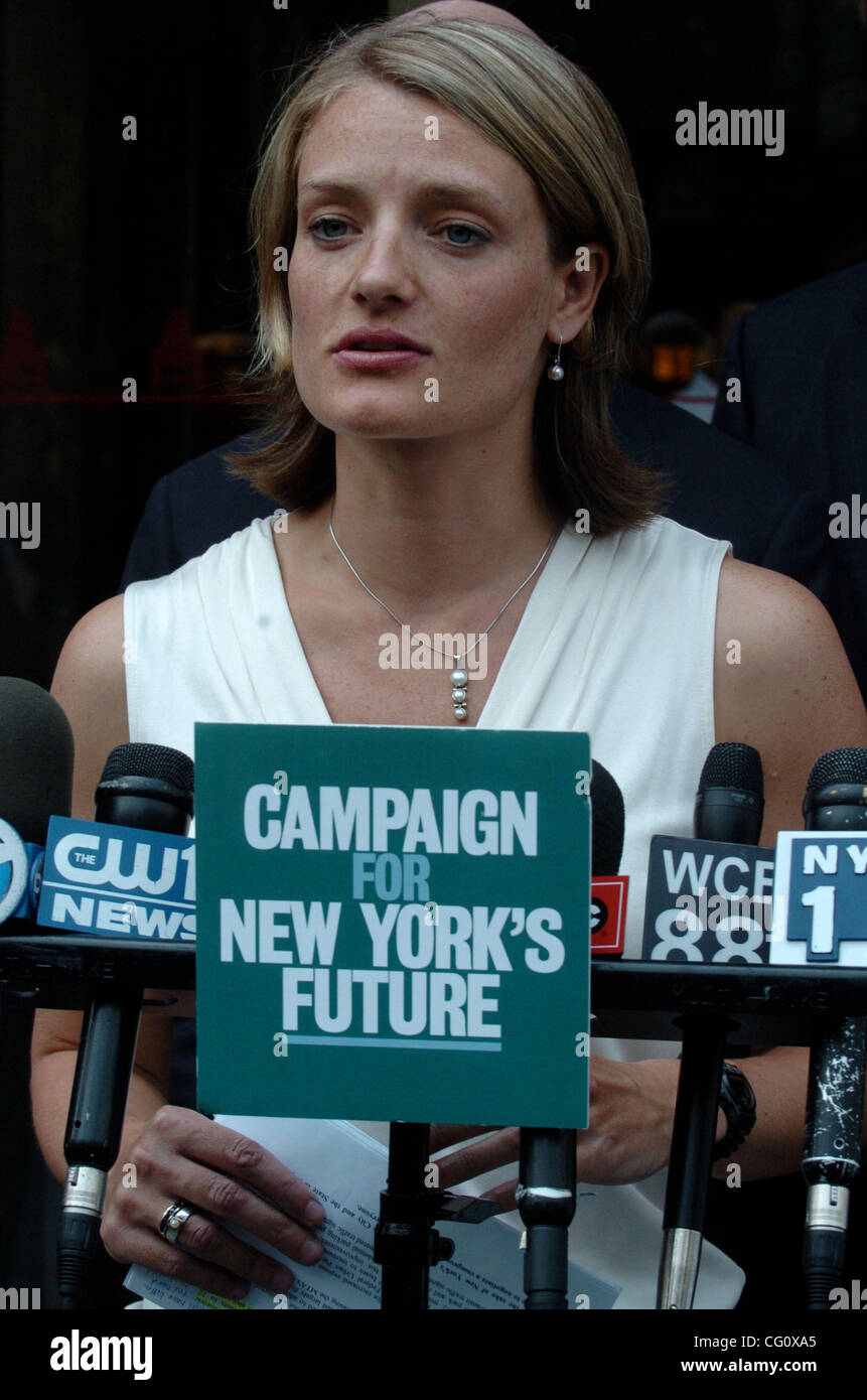 Neysa Pranger of the Straphangers Campaign speaks as leading members of the Campaign for New York's Future call - Stock Image