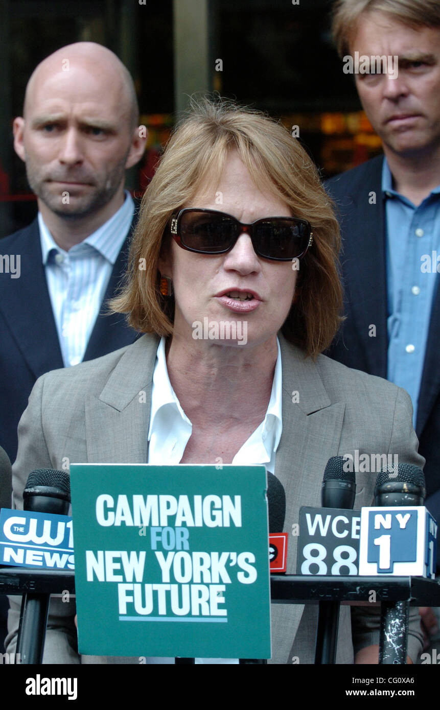 Marcia Bystryn of the New York League of Conservation Voters speaks as leading members of the Campaign for New York's - Stock Image