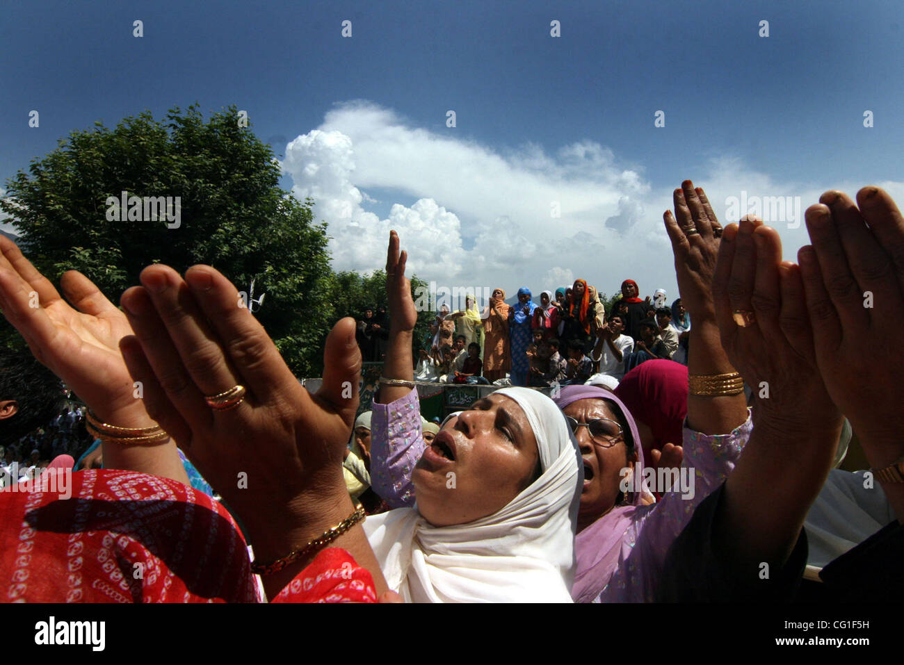 Kashmiri Muslim devotees having a glimpse of prophet's Relic that was displayed during the  celebration of Mehraj - Stock Image