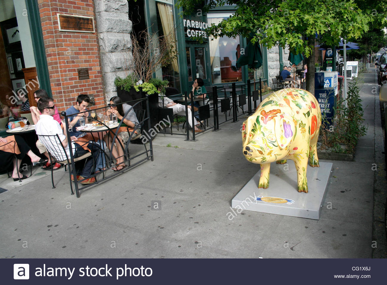 Tables have been set up in front of just about every eatery along the wide sidewalks of Belltown's First Avenue, - Stock Image
