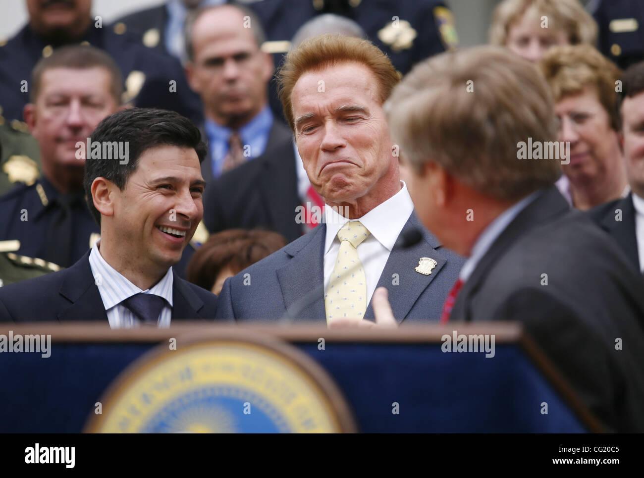 Governor Arnold Schwarzenegger jokes with Speaker Fabian Nunez and Senator George Runner, R-Lancaster, before signing Stock Photo