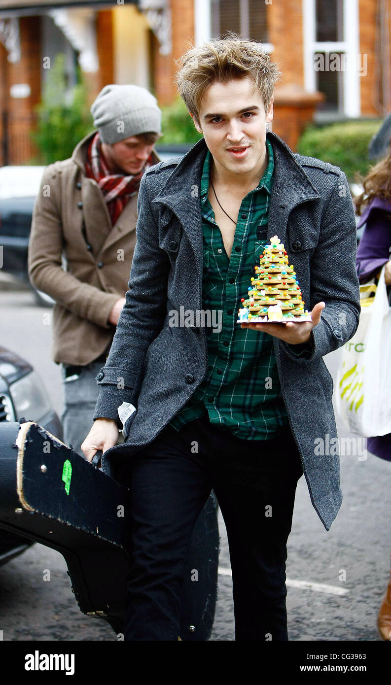 """Dougie Poynter and Tom Fletcher of McFly  arrive at Fearne Cottons house for her """"Christmas Party"""" Tom is holding Stock Photo"""