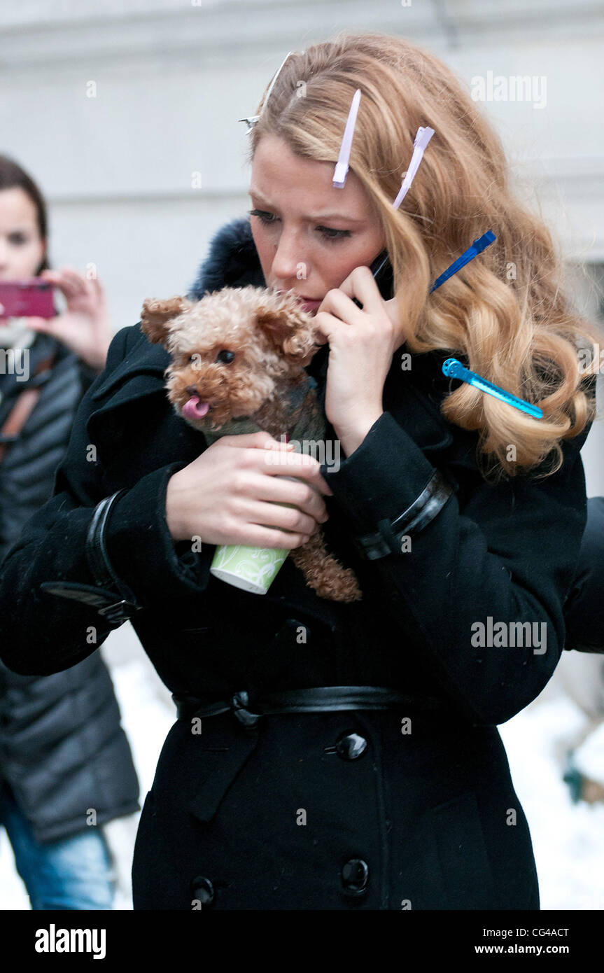 Blake Lively with her dog tucked away in her coat on the set of 'Gossip Girl' filmed in the Upper East Side - Stock Image