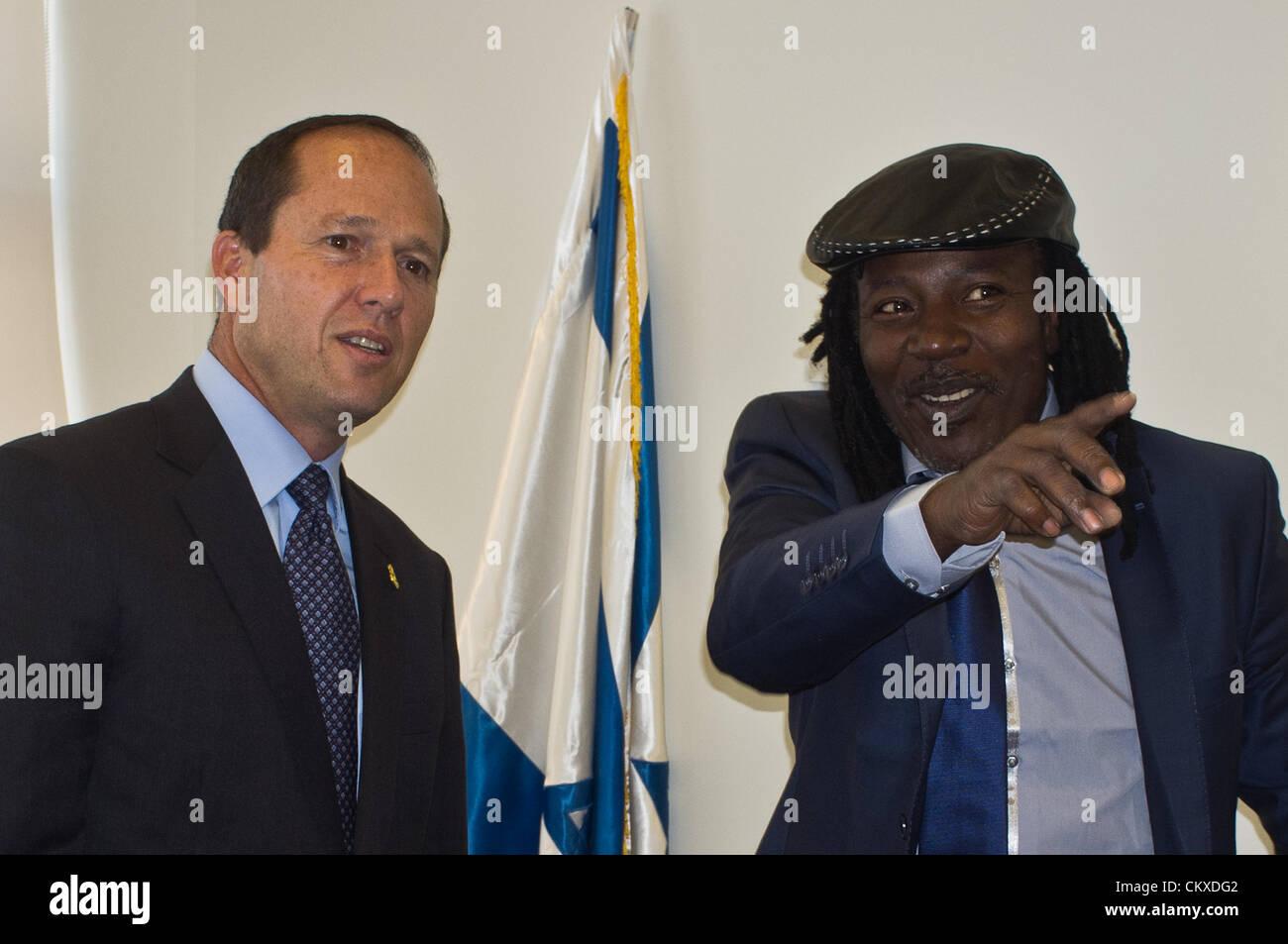 28th Aug 2012. Jerusalem, Israel. Jerusalem Mayor Nir Barkat and reggae musician Alpha Blondy exchange small-talk - Stock Image