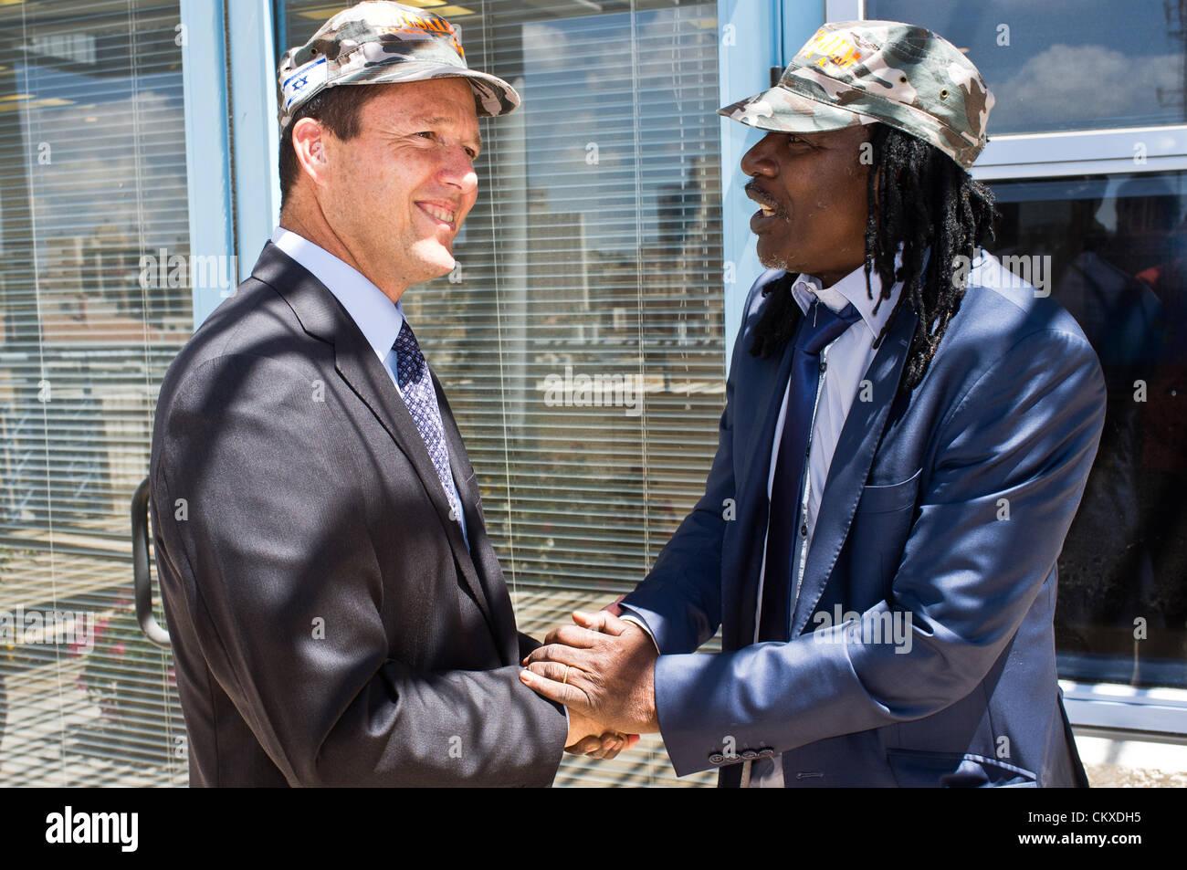 28th Aug 2012. Jerusalem, Israel. Jerusalem Mayor Nir Barkat and reggae musician Alpha Blondy exchange a handshake - Stock Image