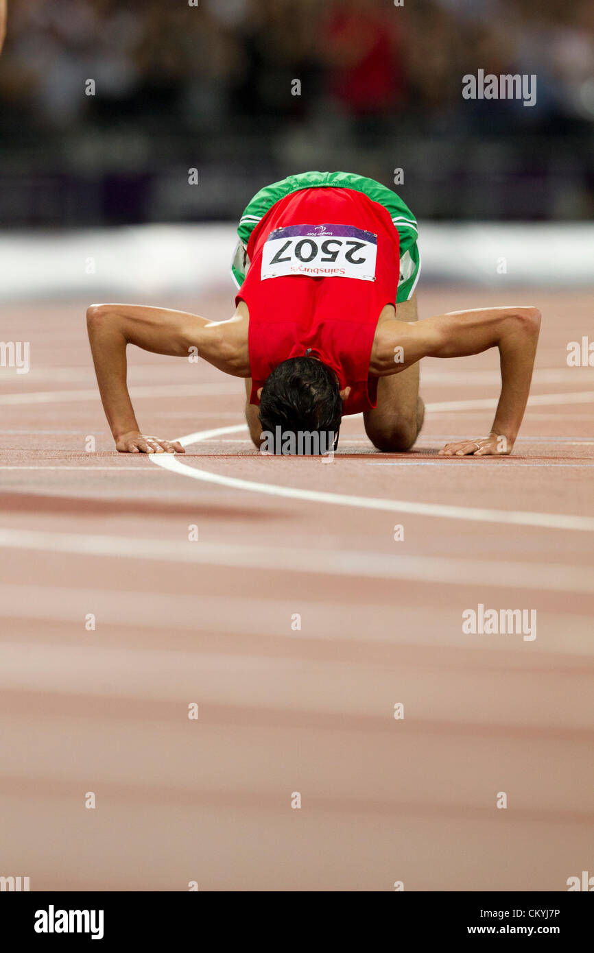 September 3, 2012 London, United Kingdom: El Amin Chentouf of Morocco (2507) kisses the track after winning the - Stock Image