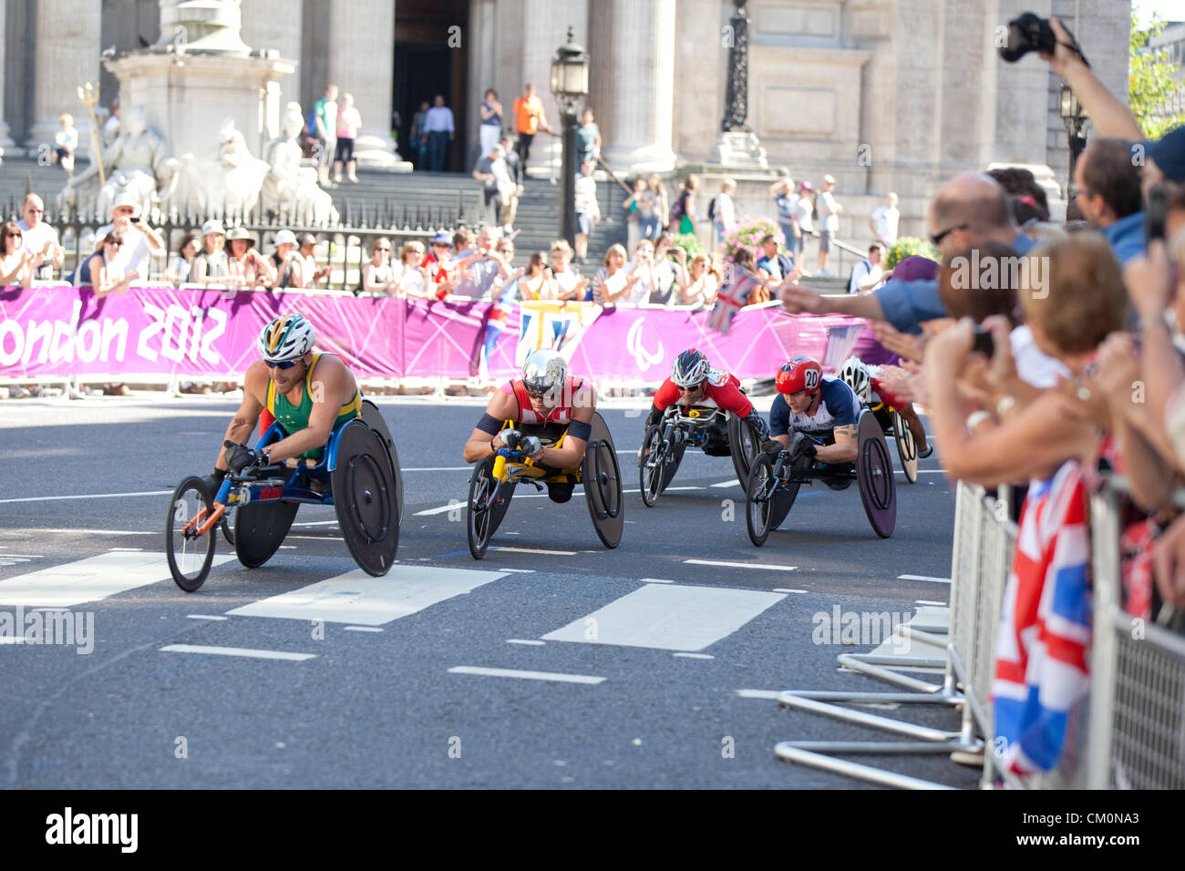 Passing St. Pauls Cathedral in the City of London at the third lap is Kurt Fearnley (New Zealand), who won Bronze - Stock Image
