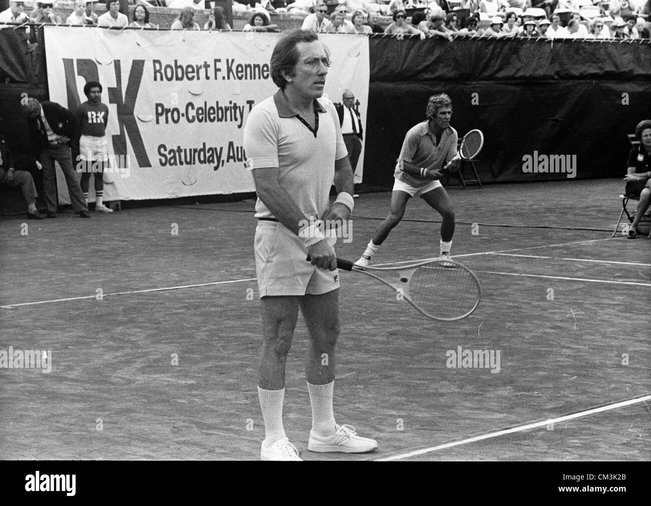 Aug. 27, 1976 - New York, NY, U.S. - Singers ANDY WILLIAMS and BURT BACHARACH play doubles in the Robert F. Kennedy - Stock Image