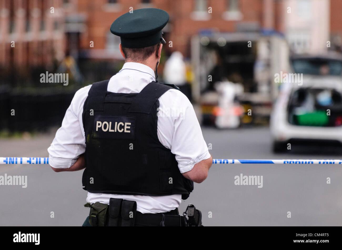 Belfast, Northern Ireland, UK. 4th October 2012. PSNI officers close Jamaica Street in the Ardoyne area of Belfast - Stock Image