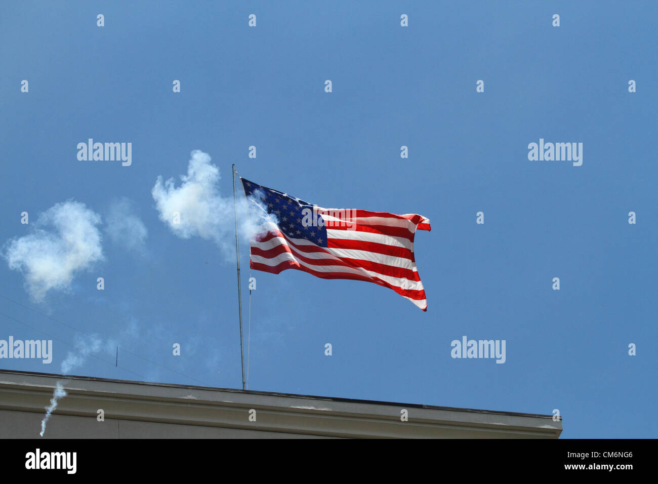 LA PAZ, BOLIVIA, 17th October 2012. Rockets explode near the flag on the US Embassy building in La Paz during a - Stock Image