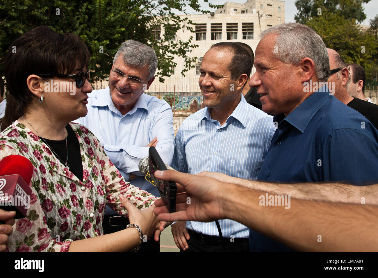 School principal informs Minister of Home Front Defense Avi Dichter and Mayor Nir Barkat emergency evacuation in - Stock Image