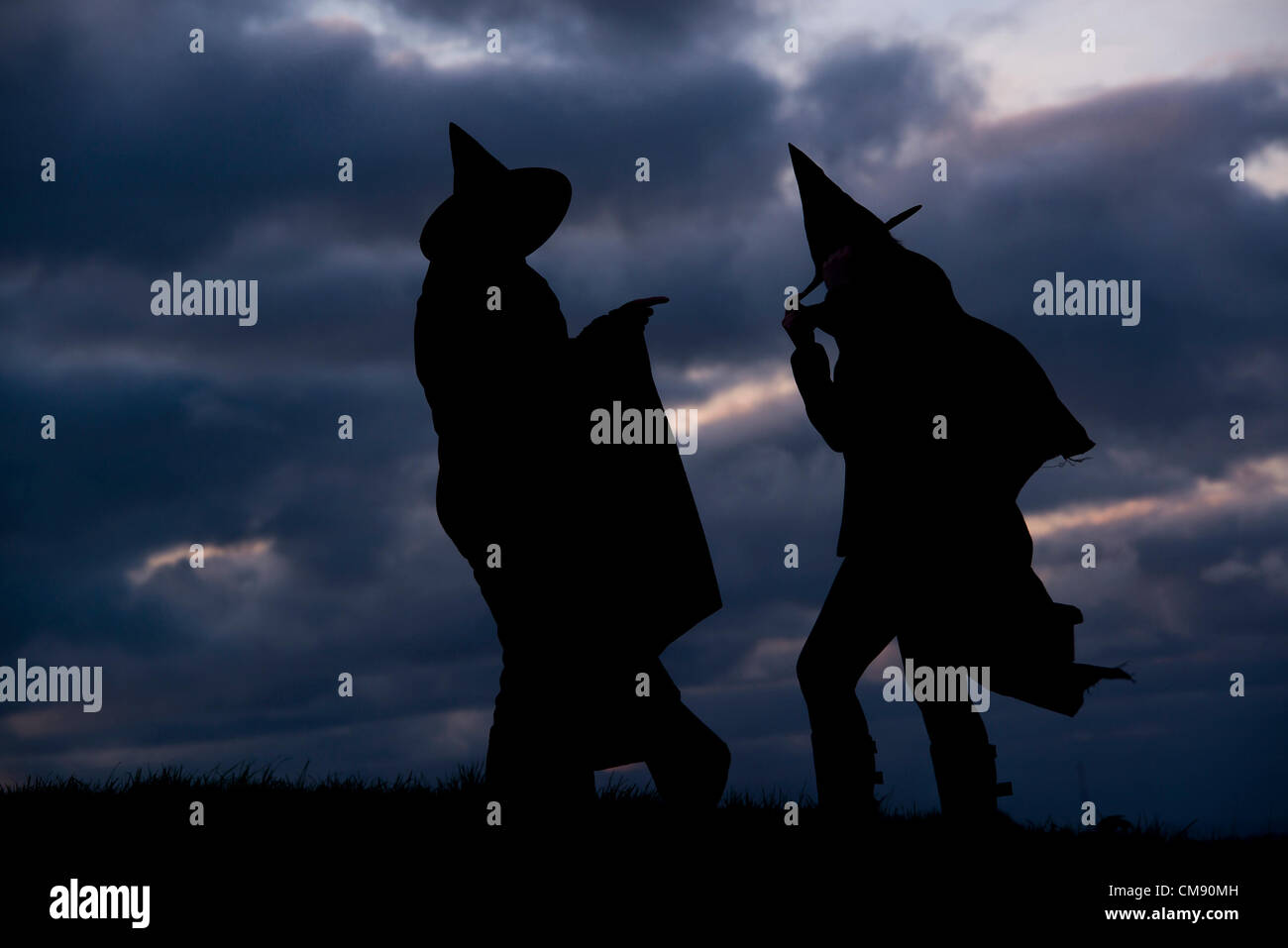 PIC BY GUY HARROP/ALAMY Witches prepare for Halloween evening as trick or treating gets underway across the UK. - Stock Image