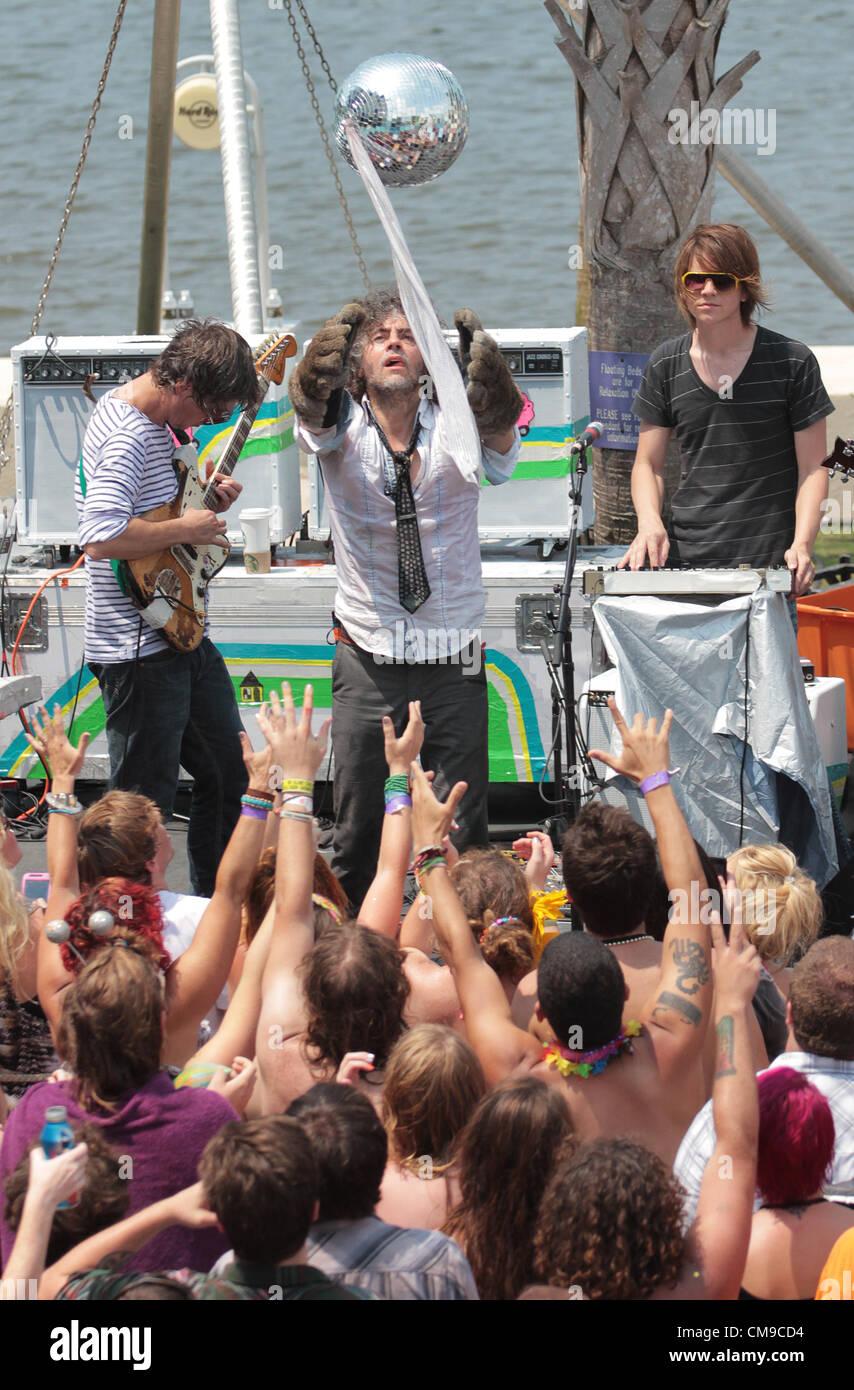 June 28, 2012 - Biloxi, MISSISSIPPI, USA - (from left to right) Guitarist Stephen Drozd, lead singer Wayne Coyne - Stock Image