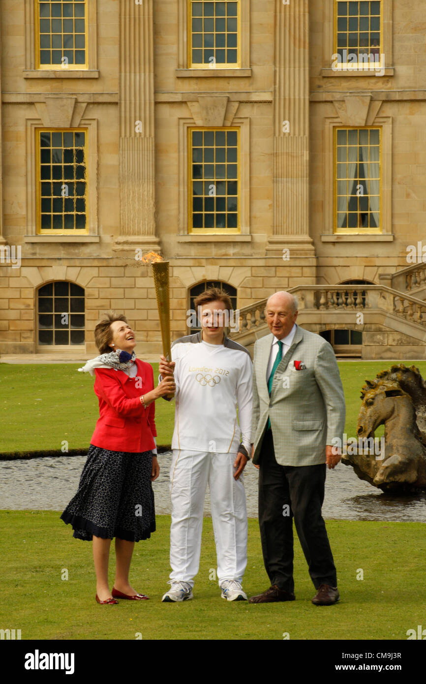 Derbyshire, UK. Friday 29th June 2012. Olympic Torch bearer, Ben Hope with the Duke and Duchess of Devonshire on - Stock Image